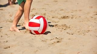 rød bold dreng strand